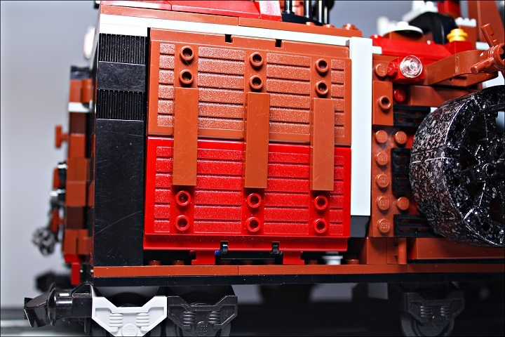 LEGO MOC - Steampunk Machine - Royal armoured train of Blackferrum's army: Кажется, что это просто странная стена...