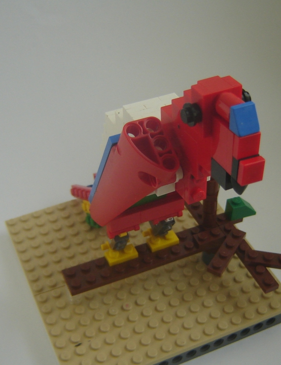 LEGO MOC - 16x16: Animals - Red-and-green Macaw: Вид спереди.
